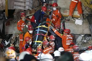 Turečtí záchranáři vyprošťují 31. října 2020 z trosek tělo jedné z obětí zemětřesení, které postihlo o den dříve město Izmir