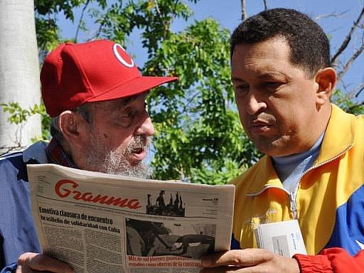 Kubánská vláda a současně i venezuelský kabinet v úterý zveřejnily nové fotografie a videonahrávku prezidenta této jihoamerické země Huga Cháveze, na nichž hovoří s bývalým kubánským vůdcem Fidelem Castrem.