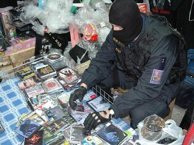 Zamaskované skladovací prostory, v nichž bylo přes 19.000 nelegálních CD a DVD, odhalili ve čtvrtek celníci na tržnici ve Folmavě na Domažlicku. Dalších téměř 1300 pirátských kopií našli také na tržnici v Potůčkách na Karlovarsku.