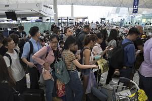 Protest na letišti v Hongkongu.