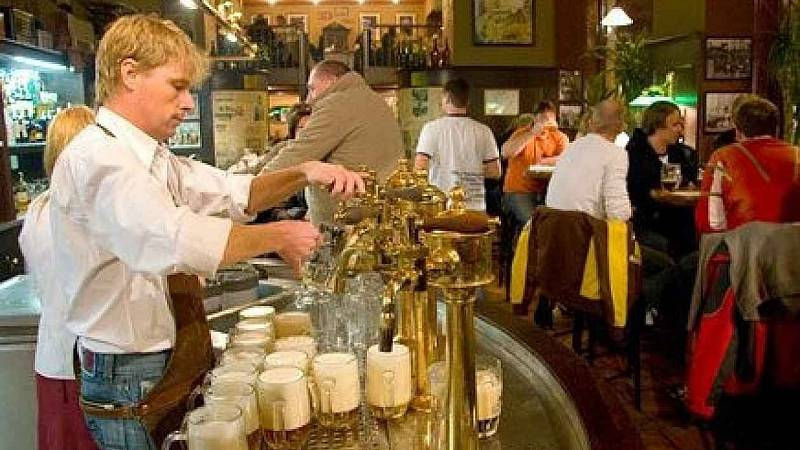 František Lorenc v době, kdy točil pivo ve své restauraci Drápal