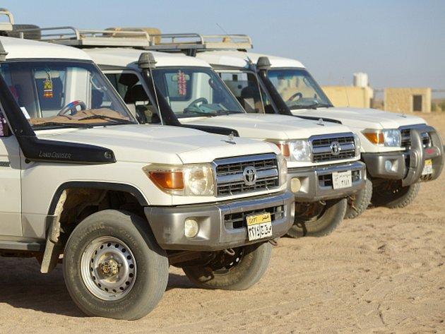 Egyptské bezpečnostní síly v neděli v poušti západního Egypta omylem zabily 12 lidí a deset jich bylo zraněno při střelbě na konvoj automobilů se skupinou mexických turistů a jejich egyptských průvodců.