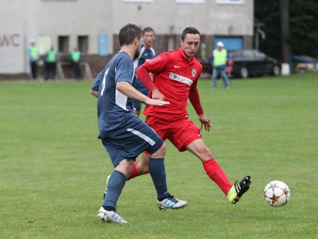 Fotbalisté Brna (v červeném) proti Slavičínu.
