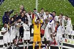 Fotbalisté Francie s trofejí pro vítěze Ligy národů.