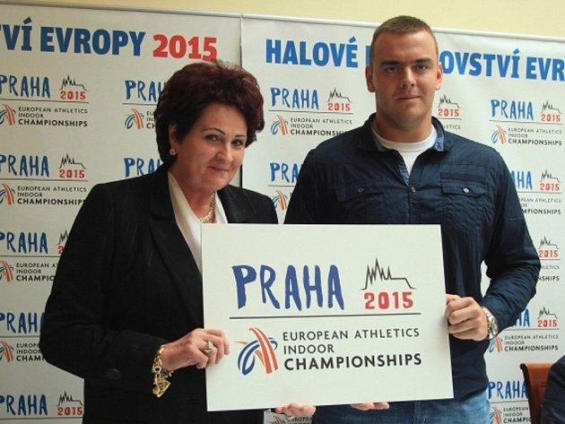 Helena Fibingerová s Ladislavem Prášilem představili logo atletického HME 2015.