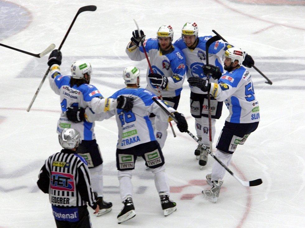 Hokejisté Plzně se radují z gólu proti Zlínu.