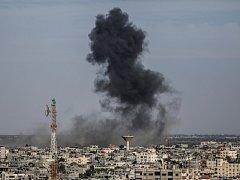 Izraelská armáda podnikla v noci a dnes odpoledne útoky na základny palestinského hnutí Hamas v Pásmu Gazy, které toto radikální hnutí ovládá.