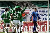 Hráči Jablonce slaví gól Lafaty ze 41. minuty. Vpravo smutný gólman Sparty Blažek.