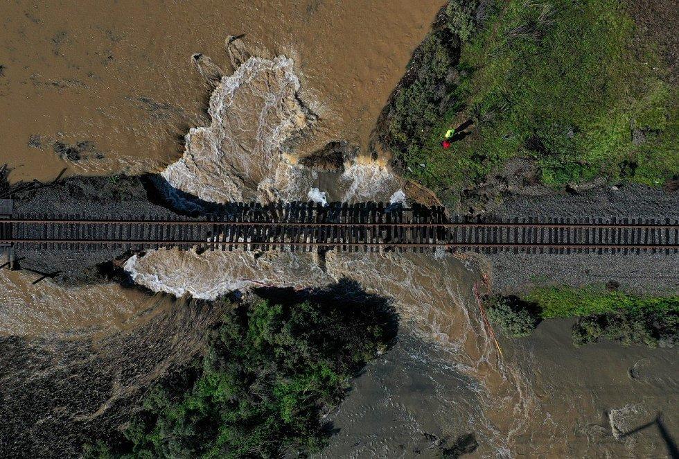 Kalifornie se potýká s následky ničivé bouře