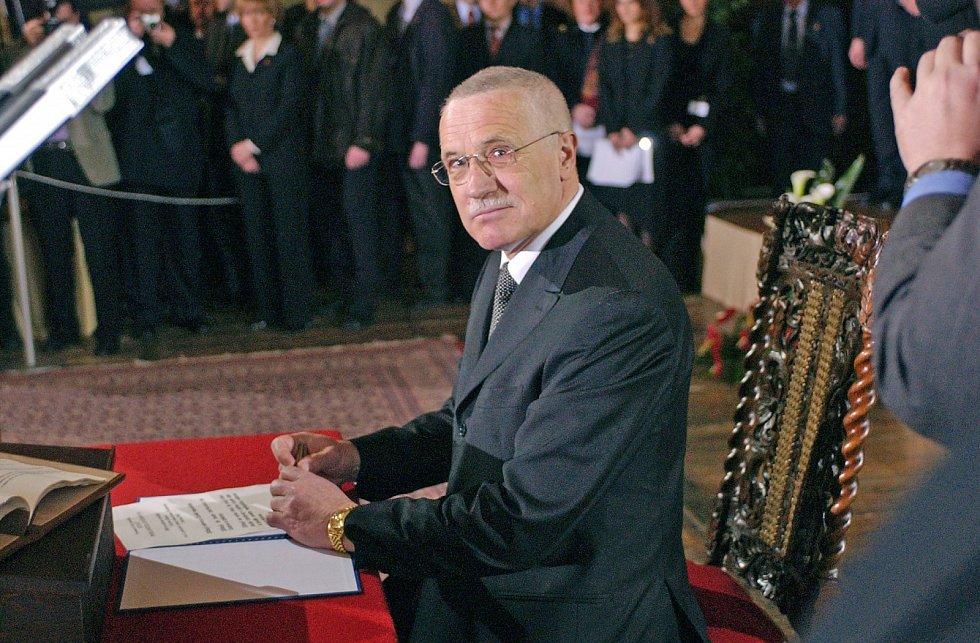 PREZIDENTEM. Vrcholem Klausovy politické kariéry bylo jeho zvolení prezidentem České republiky. 7. března 2003 podepsal ve Vladislavském sále Pražského hradu prezidentský slib.