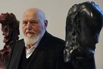 Ve věku 84 let zemřel 3. října známý český sochař, malíř, grafik a autor mnoha filozofických esejů Jan Koblasa (na snímku z 10. dubna 2012). Od roku 1968 žil v německém exilu.