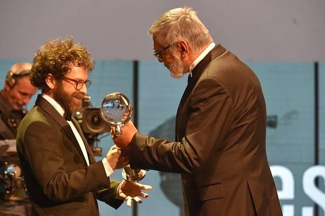 Jiří Bartoška Cenu prezidenta předal i americkému oscarovému scenáristovi, režisérovi a producentovi Charliemu Kaufmanovi, který ve Varech představil svůj autorský animovaný snímek Anomalisa.