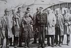 Členové odbojové skupiny po propuštění z vězení, Jar Cibuka stojící za ženou, 60. léta.
