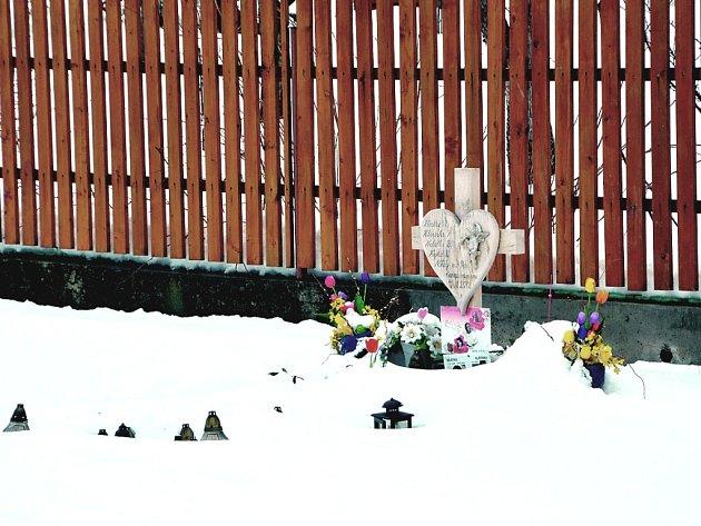 VZPOMÍNKA ZŮSTÁVÁ. Pomníček u silnice místní stále udržují.