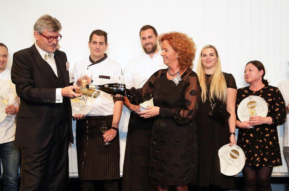 Přehled a hodnocení nejlepších restaurací na české gastronomické mapě v režii Pavla Maurera.