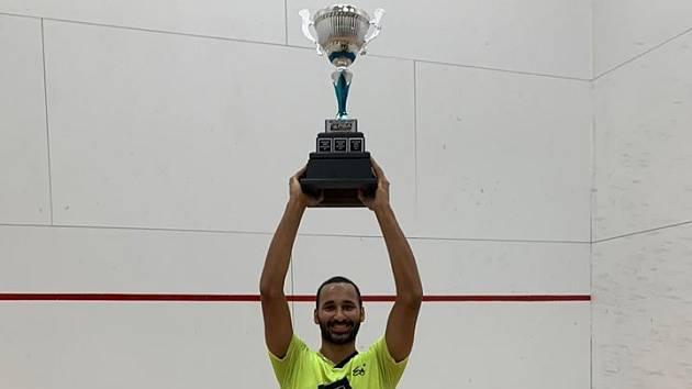 Daniel Mekbib s trofejí.