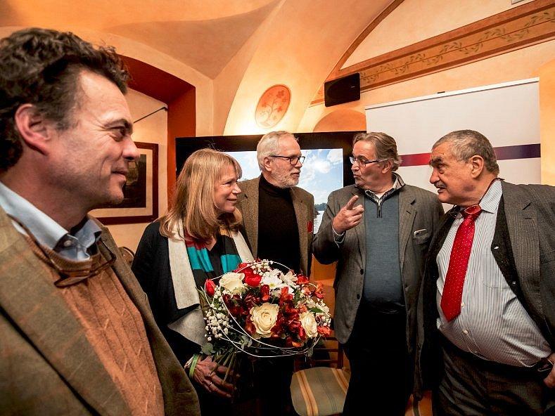 Šlechtickové s režisérkou. Zleva: Tomáš Czernin, Alena Činčerová, František Kinský, Jiří Lobkowicz a Karel Schwarzenberg