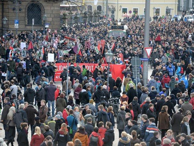Pod heslem Pevnost Evropa začala dnes odpoledne v Drážďanech demonstrace hnutí Vlastenečtí Evropané proti islamizaci Západu (Pegida).