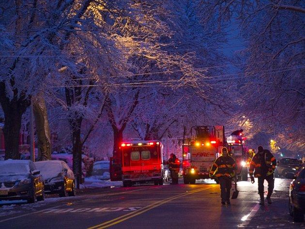 Sedm dětí ve věku pět až 14 let zahynulo při požáru, který v noci na dnešek zachvátil obytný dům v newyorské čtvrti Brooklyn.