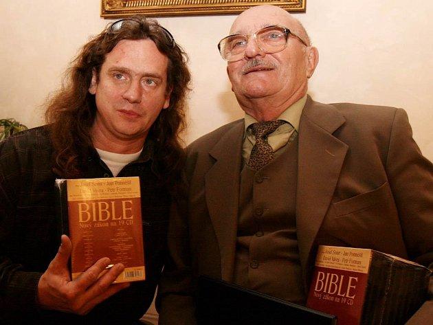 Herci Jan Potměšil (vlevo) a Josef Somr u příležitosti představení a křtu audionahrávky Bible - Nový zákon.