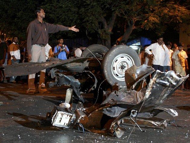 Zhruba 170 osob zahynulo při sérii teroristických útoků v indické Bombaji. Téměř tři stovky osob utrpěly zranění a desítky dalších se na dlouhé hodiny ocitly v moci útočníků.