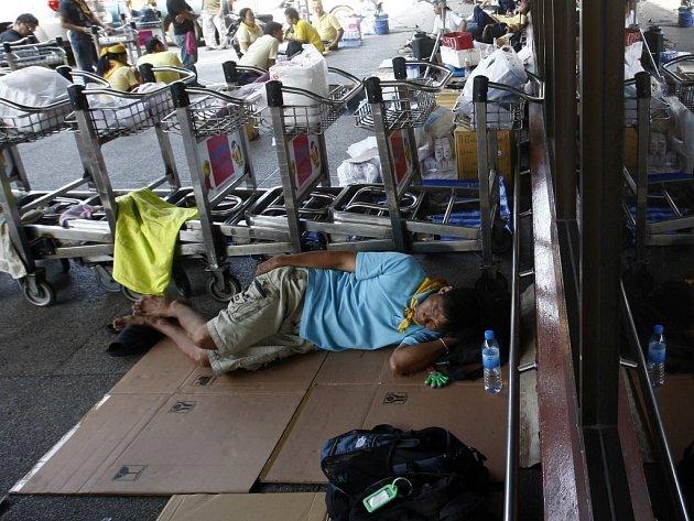 Thajský premiér vyhlásil výjimečný stav na dvou bangkokských letištích okupovaných protivládními demonstranty. Ti v sobotu vytlačili policii, která chtěla tato letiště zprovoznit.