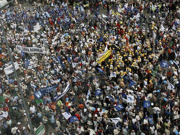 Na Václavském náměstí v Praze demonstrovalo 23. června kolem 25 tisíc odborářů proti vládní reformě veřejných financí.