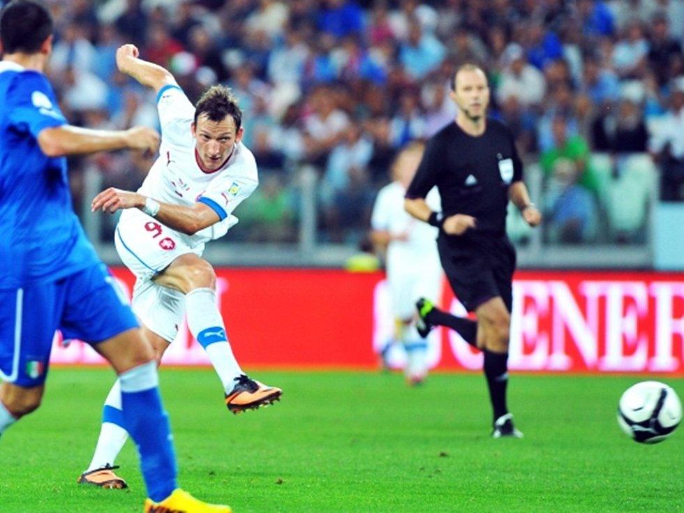 Libor Kozák střílí na branku Itálie.