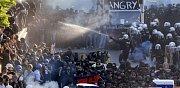 Bitka mezi demonstranty a policisty v předvečer summitu G20 v Hamburku