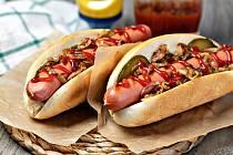 Hot dog v bílé sladké žemli, mohutně zalitý sladkým kečupem a hořčicí a posypaný karamelizovanou cibulkou zkrátí život o 36 minut.