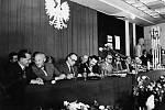 Polští komunisté podlehli tlaku a 31. srpna 1980 přistoupili na požadavky stávkujících. V16 hodin podepsali vGdaňských loděnicích vicepremiér Mieczysław Jagielski a šéf Mezipodnikového stávkového výboru Lech Wałęsa porozumění.