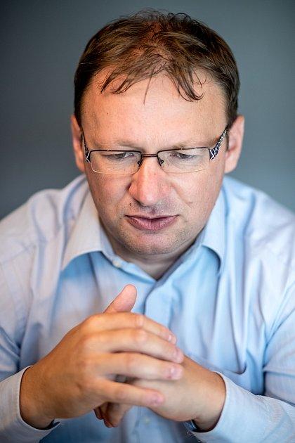 Historik Milan Bárta při fotografování pro Deník 5.srpna vPraze.