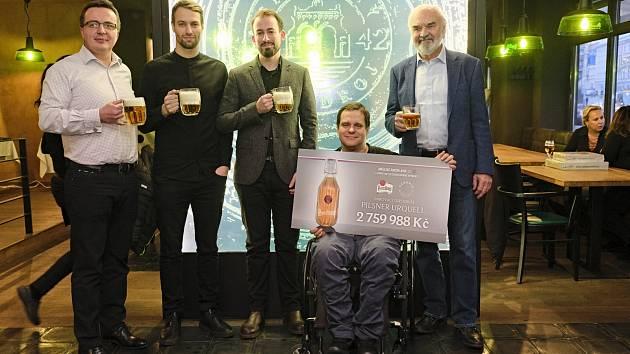 Předání šeku s výtěžkem aukce designových pivních lahví Pilsner Urquell Centru Paraple.