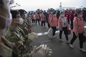 Zdravotnické týmy sklízejí potlesk při odjezdu z čínského Wu-chanu, kde vypomáhaly během epidemie koronaviru zdejším lékařům a sestrám (snímek z 18. března 2020)