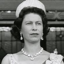 Královnu ještě nikdy netrápil puchýř z nových bot. Rodina si totiž udržuje zaměstnance, jenž má za úkol každý nový pár rozchodit, aby se v něm Její Veličenstvo cítilo pohodlně. Prozradil to Stewart Parvin, který se stará o Alžbětin šatník už 16 let.