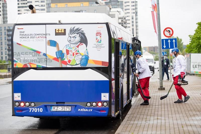 Čeští hokejisté nastupují před tréninkem do autobusu.