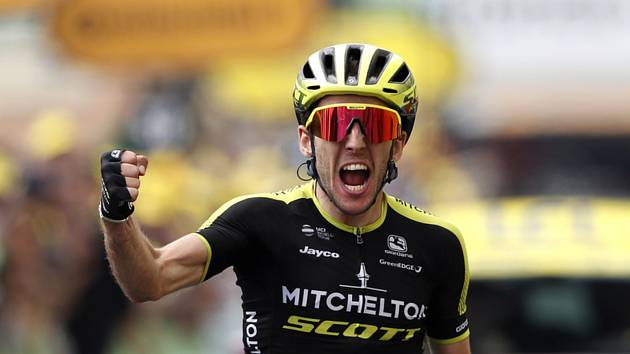 Britský cyklista Simon Yates v cíli 12. etapy Tour de France.