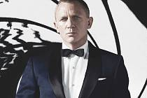 Nové bondovka Skyfall, opět s Danielem Craigem, v pátek o půlnoci vstoupí do kin.
