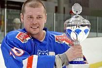 V neděli v Rakovníku třímal kapitán Slaného Martin Průcha trofej pro vítěze krajské ligy, ve čtvrtek povede svůj tým do boje v baráži  o II. ligu.