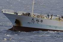 Na snímku jsou vidět piráti na čínské rybářské lodi Tian Yu 8, jak drží v šachu posádku. Loď byla unesena v pondělí.