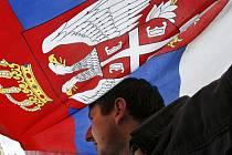 Srb mává vlajkou své země na protest proti Kosovu.