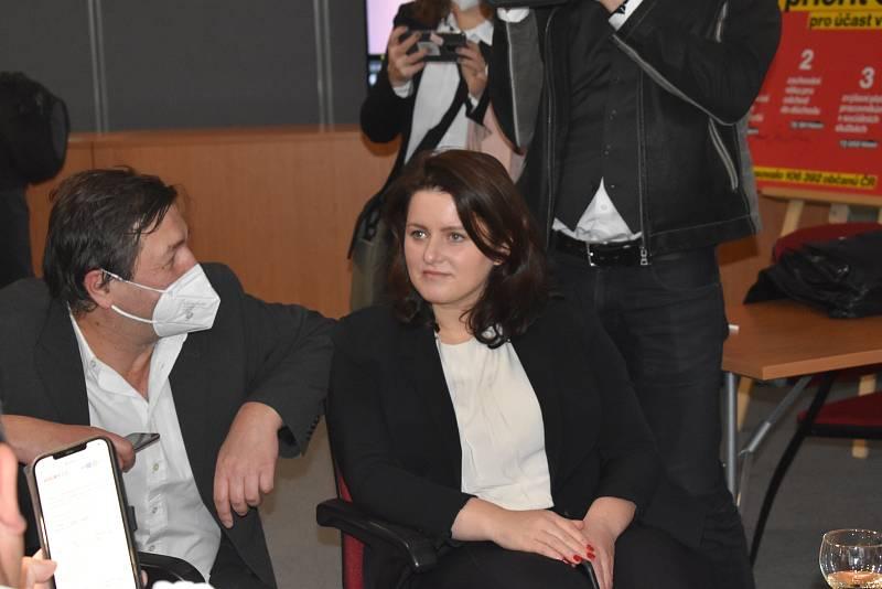 Jana Maláčová je také na místě. Partner z dua Hustá dvojka Matěj Stropnický ale zatím nedorazil.