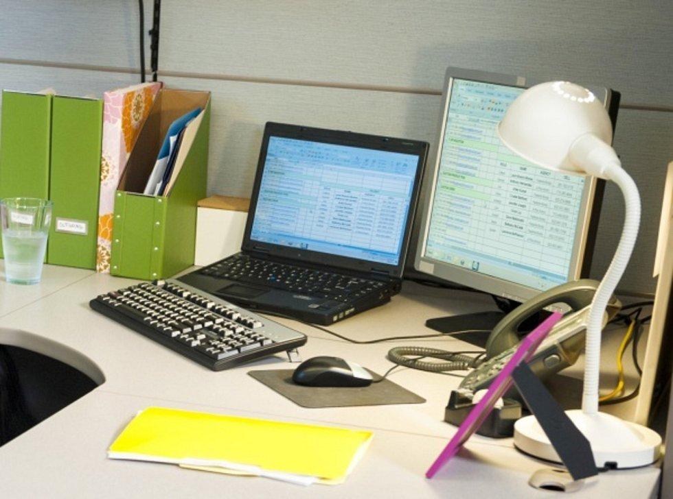 Kancelář, kancelářský stůl, počítač - ilustrační foto