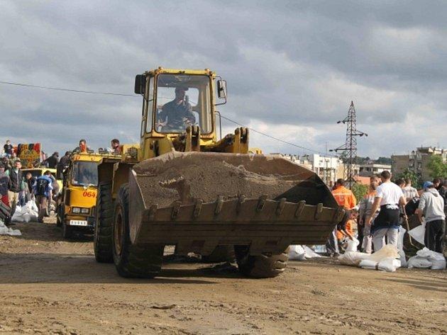 Situace v Srbsku a Bosně a Hercegovině, které v posledních dnech postihly rozsáhlé záplavy, se mírně zlepšila. Začínají odklízecí práce.