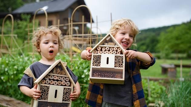 Dejte domečku čas, aby opršel a omšel, až se hmyz nastěhuje, bude z něho báječná pozorovatelna pro děti všech věkových kategorií.