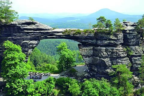 Dominantou národního parku České Švýcarsko je bezesporu Pravčická brána nedaleko Hřenska.