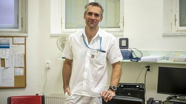 Ladislav Šenolt je profesorem Univerzity Karlovy, internistou a revmatologem.