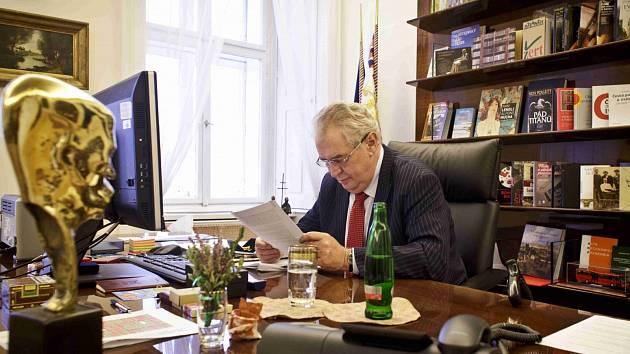 Prezident Miloš Zeman ve své pracovně.