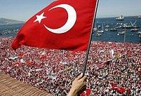 Turecké vlajky v západotureckém letovisku Izmir. Město dnes zaplavily statisíce demonstrantů
