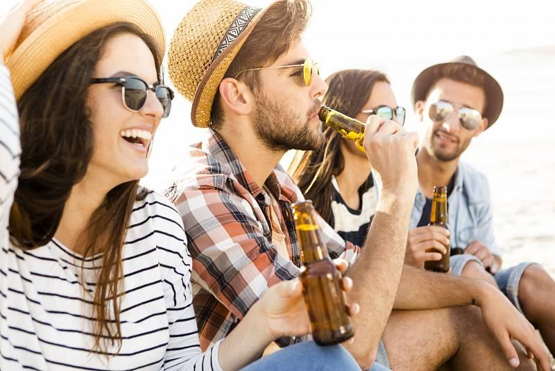 Češi mají alkohol ve velké oblibě stále.
